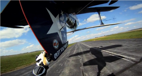 gopro-touche-queue-avion-en-vol-depuis-moto